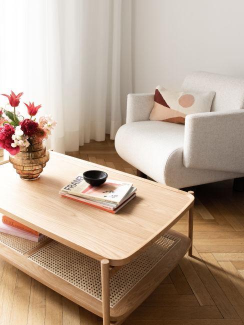 poltrona bianca e tavolo in legno chiaro