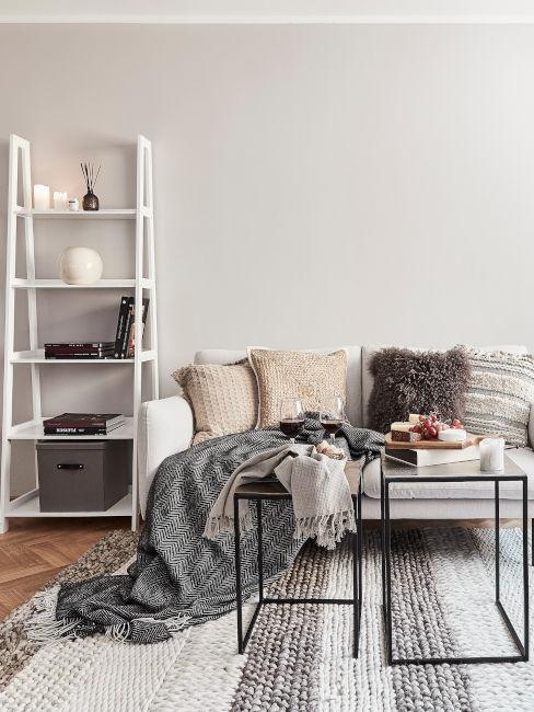 divano chiaro con mobile a scaletta bianco