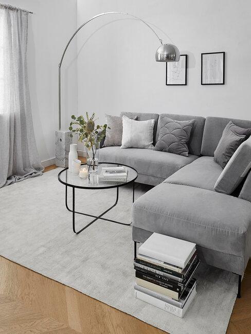 divano ad angolo grigio con lampadario di design