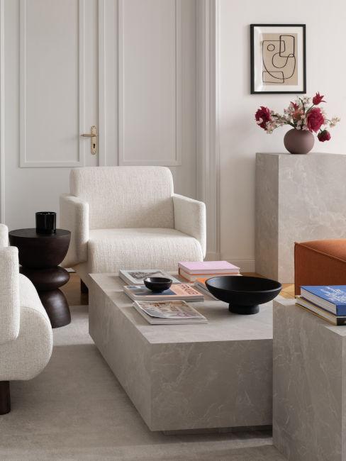 poltrone bianche con tavolini in marmo chiaro
