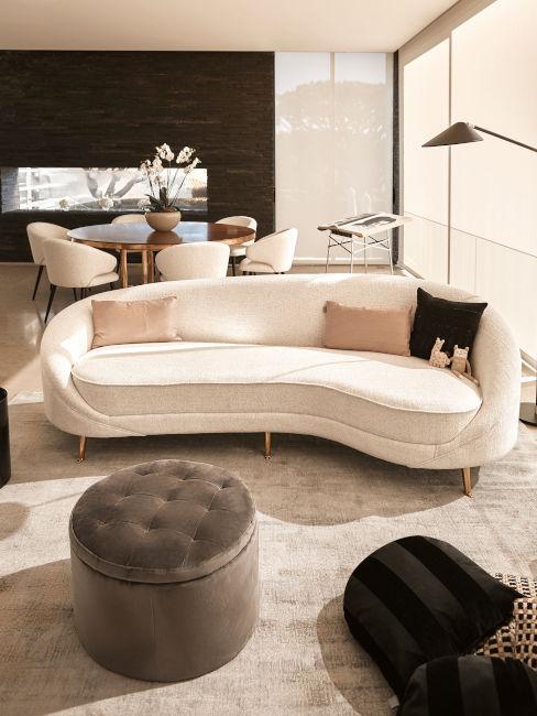 divano chiaro per zona living abbinato a sedie