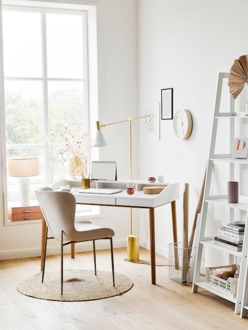angolo home office in soggiorno