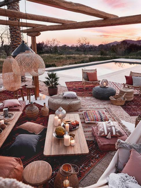 decorazione giardino per festa con cuscini pouf e tavolini in legni