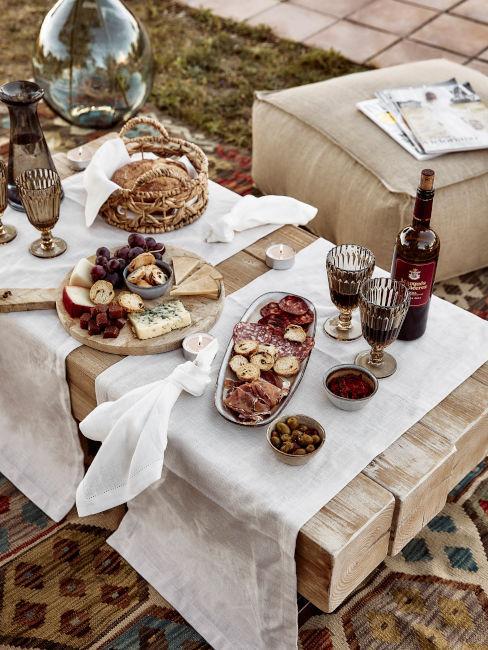 buffet estivo su tavolino da giardino