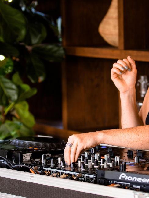 DJ che suona per festa in giardino