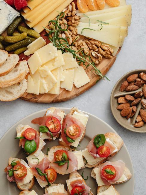 buffet con tramezzini e formaggi per festa in casa