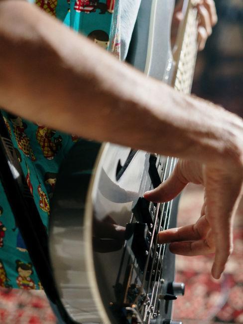 ragazzo che suona la chitarra durante una festa