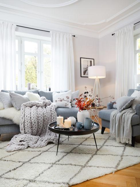 soggiorno con divani azzurri e tessili con colori neutri