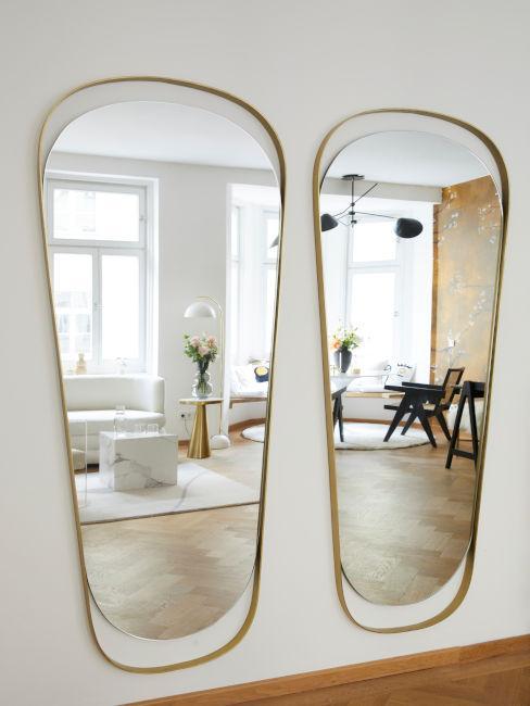 specchi in salotto con contorni dorati