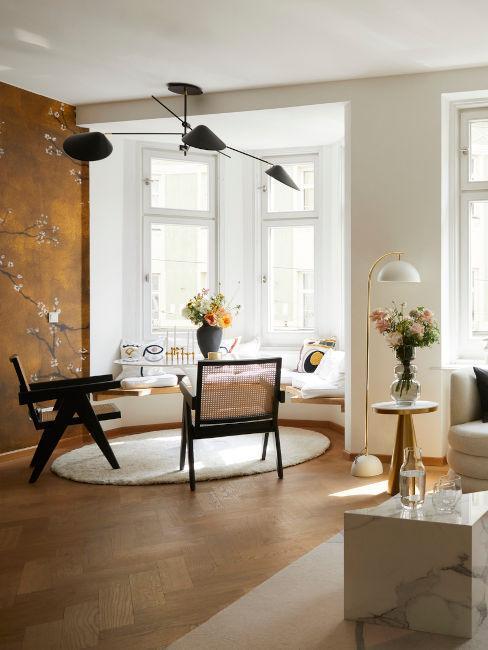 salotto con zona dining e decorazioni muro