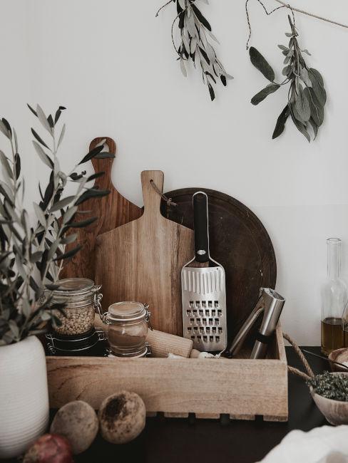 riciclo creativo cassetta legno per contenere utensili da cucina