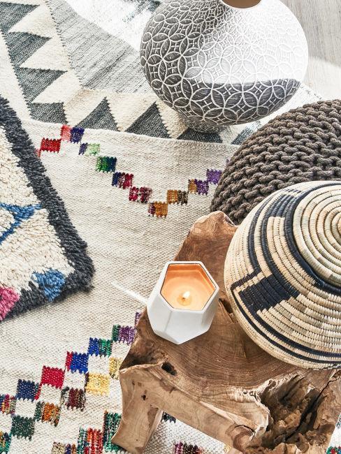 tappeti a fantasia con tavolino in legno e pouf