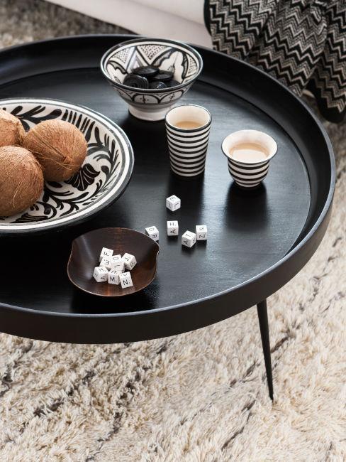 tavolino da soggiorno nero con elementi decorativi