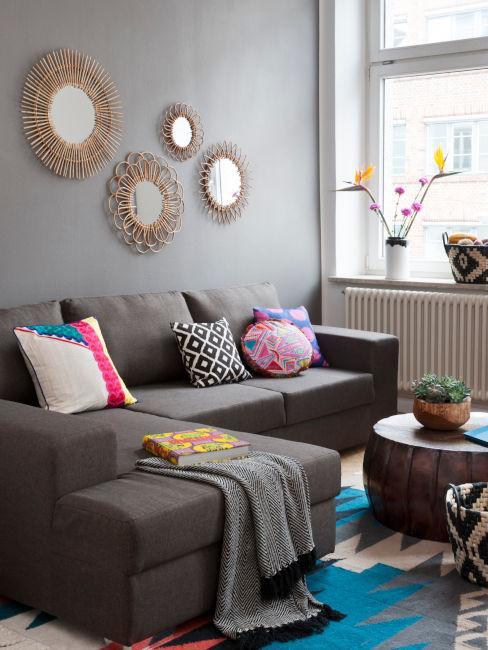 esempio arredi soggiorno scuri con contrasto decorazioni colorate