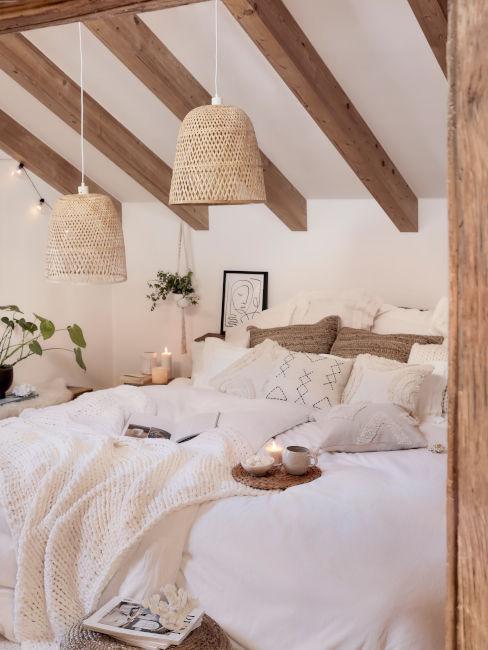 travi di legno sul soffitto in camera da letto stile country