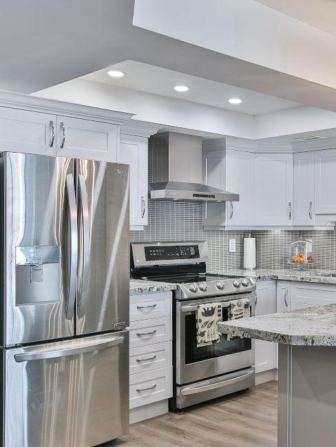 controsoffitto bianco con gioco di luci per cucina
