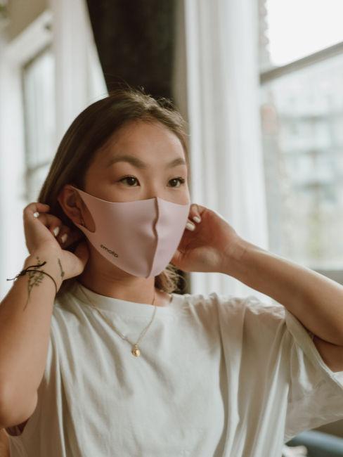 ragazza che indossa mascherina lavabile