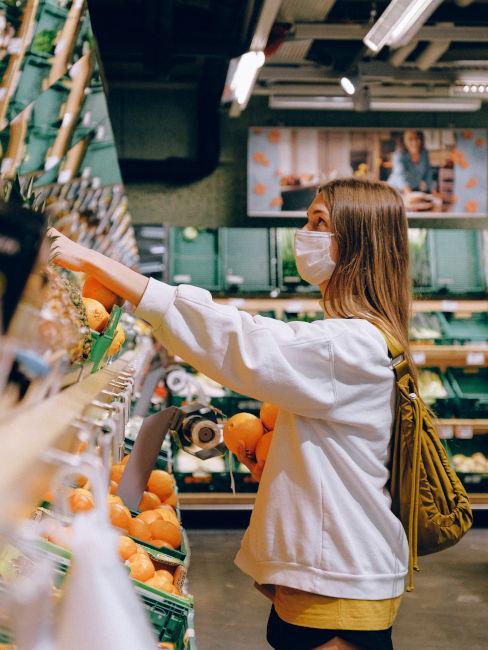 ragazza che scegli alimenti al supermercato