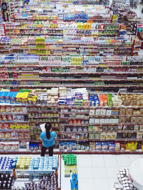impiegata supermercato che controlla i prodotti