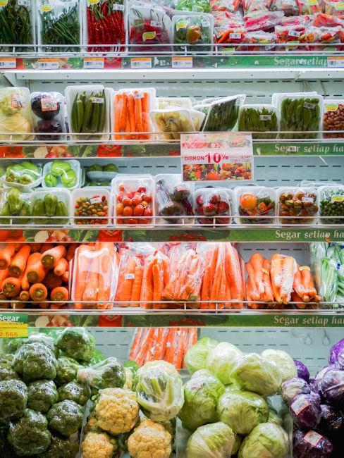 prodotti con involucri di plastica al supermercato