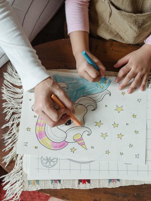 mamma e figlia che disegnano e colorano insieme
