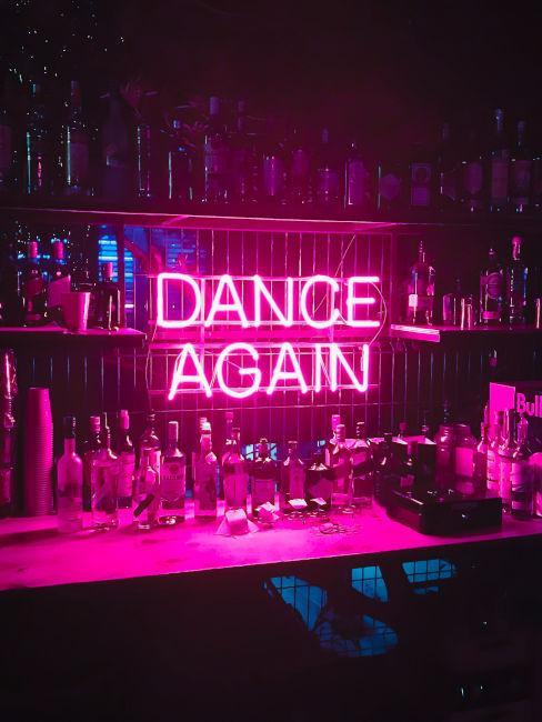luci a neon come decorazione bar