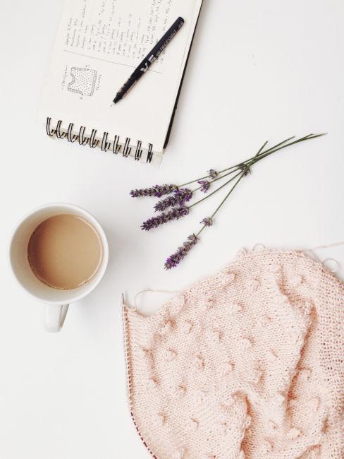 schema lavoro a maglia con tazza di caffe