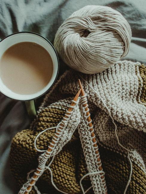 ferri con cotone beige e tazza di cappuccino