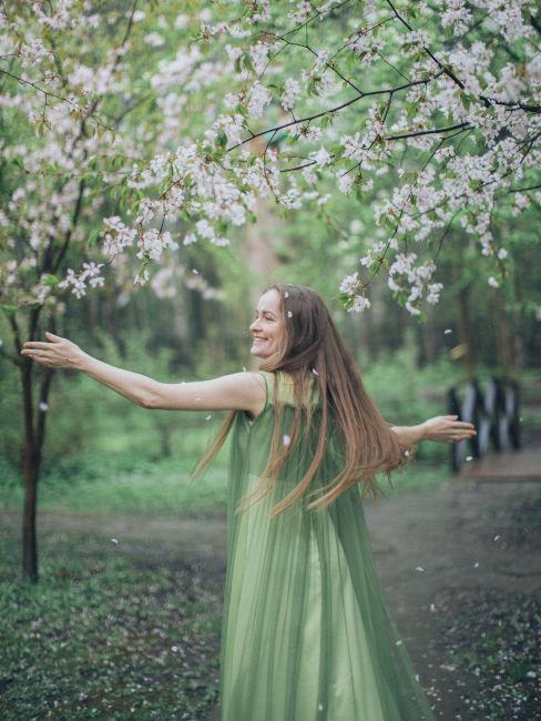 ragazza con vestito verde