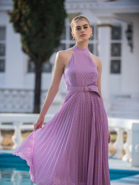 ragazza bionda con vestito color lavanda