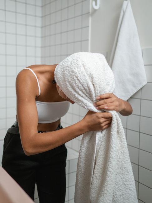 ragazza che si asciuga i capelli