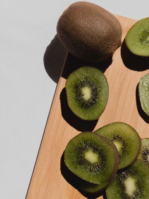 asse di legno con kiwi tagliato