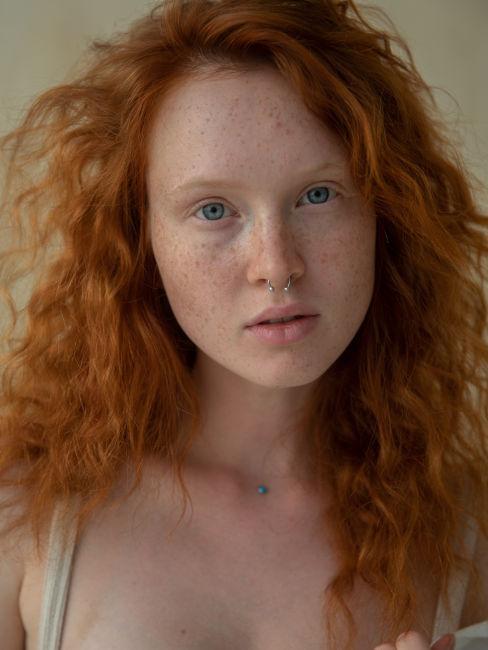 ragazza con i capelli rossi e gli occhi verdi
