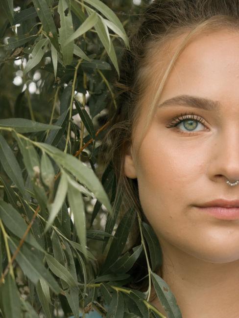 ragazza bionda con capelli chiari e occhi verdi