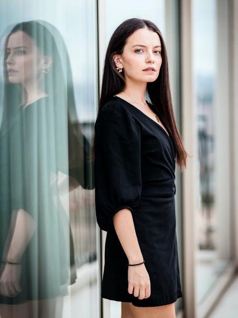 ragazza con capelli lunghi e vestito nero