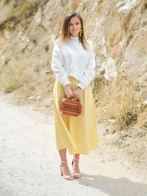 donna bionda con gonna gialla