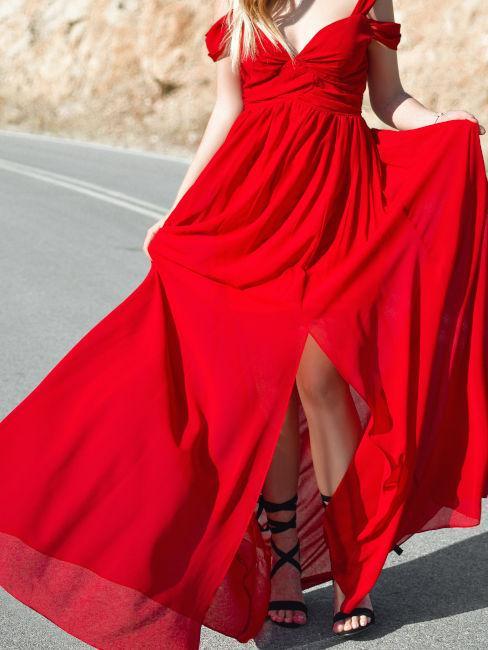 vestito rosso elegante e sandalo con tacco nero