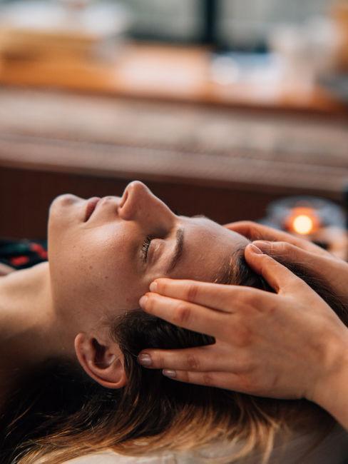 massaggio sulle tempie ad una ragazza