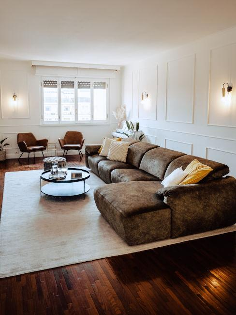 Soggiorno con divano marrone
