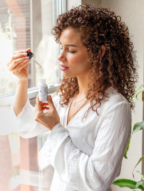 applicazione siero su viso