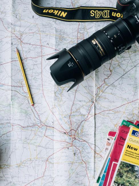 mappa con macchina fotografica e guide di viaggio