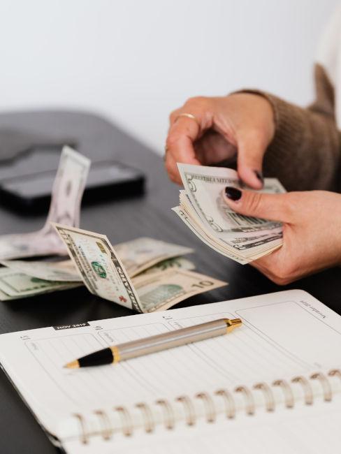 mani di ragazza che contano i soldi