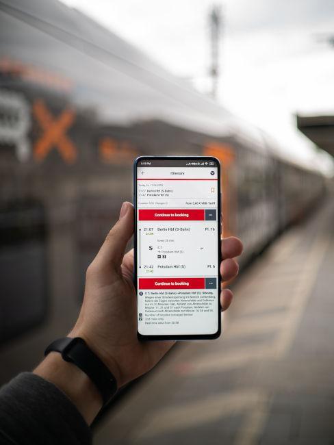 telefono con biglietti del treno