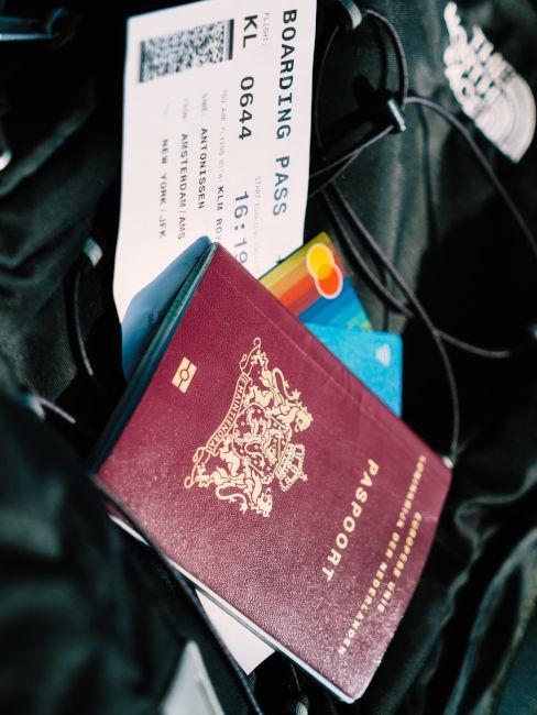 passaporto, carte di credito e carta d'imbarco