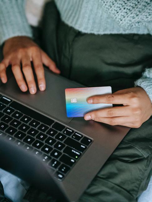 ragazza che paga online con carta di credito