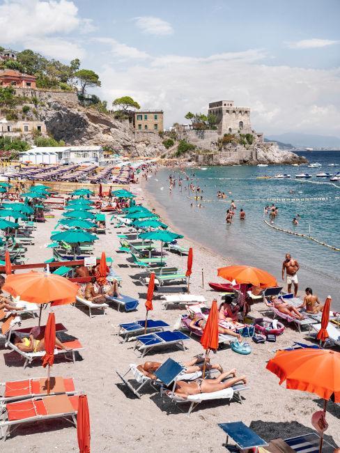 spiaggia di Lerici con ombrelloni e sdrai