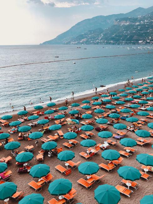 spiaggia italiana con ombrelloni
