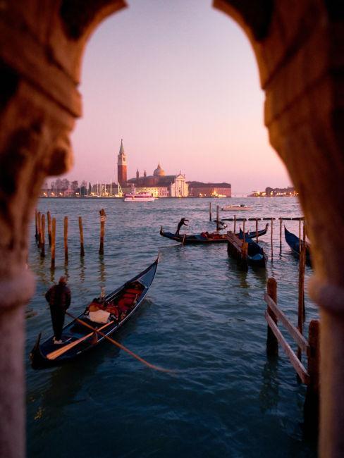 Scorcio sulmare di Venezia con le gondole