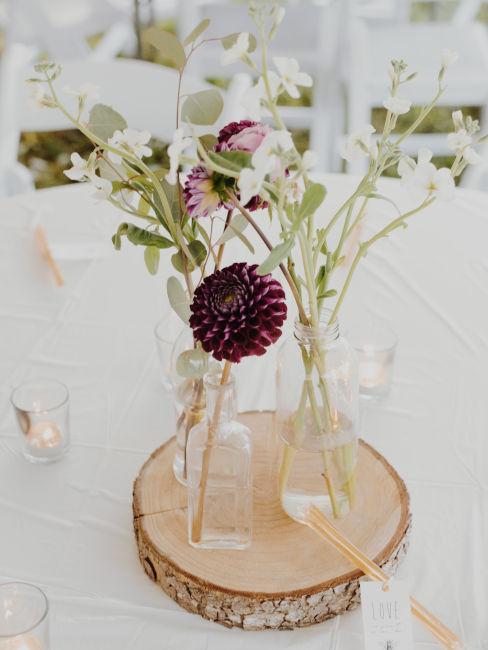 centrotavola realizzato con legno e fiori di campo