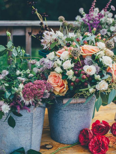 centrotavola realizzato con vasi di latta e fiori